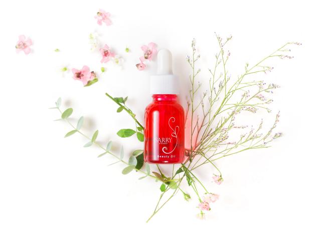 内容量20mlの赤い可愛らしい容器が目印